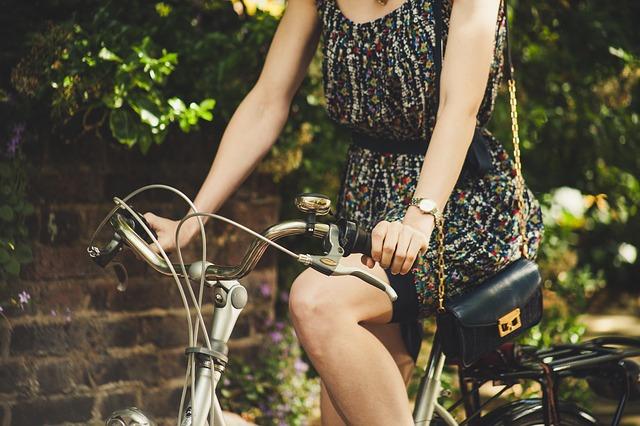 s kabelkou na kole