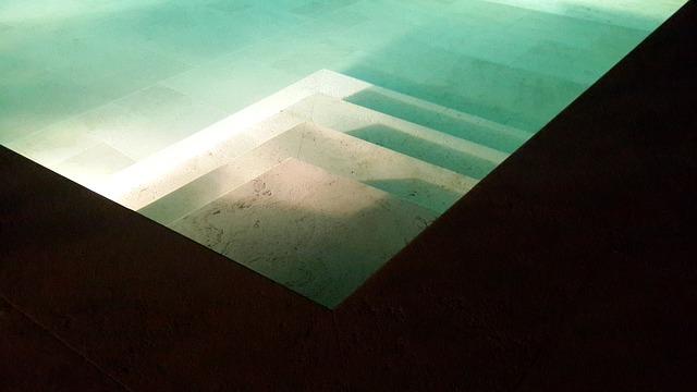 osvětlené schody bazénu