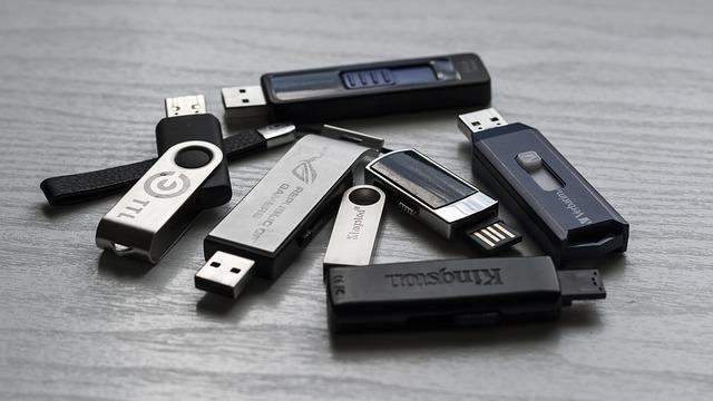 USB flash disky ležící na stole