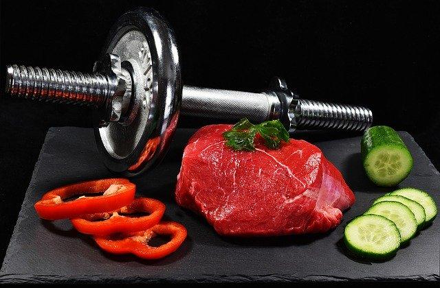 Zátiší se steakem, činkou a zeleninou