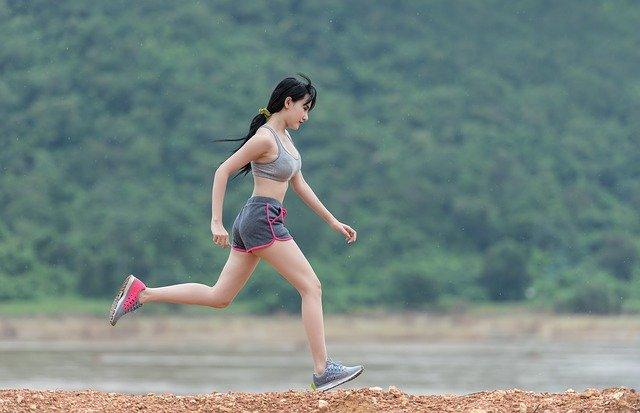 Děvče běžící po kamenech