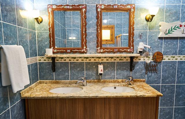 světla u umyvadel v koupelně